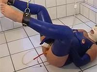 Latex Sklavin masturbiert im Enema Porno