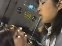 Perverse Asia Girls kotzen sich voll