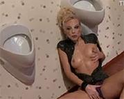 Toiletten Voyeur Porno mit sexy Messy Schlampe