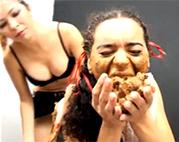 Sklavin muss Scheiße und Rotze fressen
