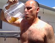 Seinen stinkenden Einlauf trinken