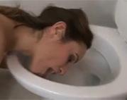 Toilette ablecken und dann blasen
