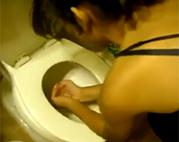 Latina Schlampe schluckt Klowasser