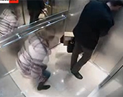 Tschechische Schlampe pisst im Aufzug