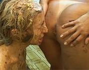 Messy Lesbe vollgekotzt und angefurzt