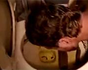 Ekeltraining auf öffentliche Toilette