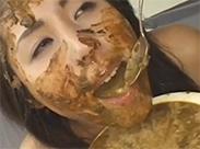 Japanerin schluckt Kotze und Scheisse