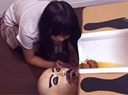 Japanerin benutzt menschliche Toilette