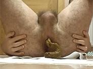 Schwuler kackt ausm haarigen Arsch