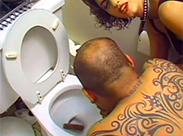 Sklave muss dreckige Toilette reinigen