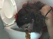 Transe wird dreckige Toilette ablecken