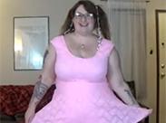 Fette Schlampe in Pink am Kacken