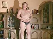 Perverse Hausfrau macht erstes Scatvideo
