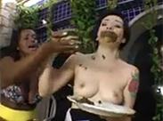 Dienstmädchen muss Scheiße fressen