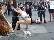 Perverse Demonstrantin kackt öffentlich