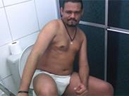 Latino Gay furzt und hat Dünnpfiff