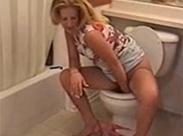 Perverse Hausfrau am Scheißen