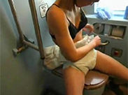 Deutsche Diaper Schlampe in Zugtoilette