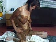 Deutsche Mutter beschmiert sich mit Scheisse