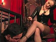 Sexy Domina benutzt ihren Fuß Sklave
