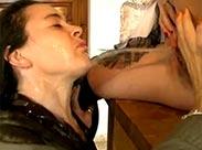 Lesben pissen sich in der Küche geil voll