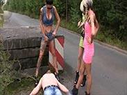 Drei heiße Girls und ihr Scat Sklave