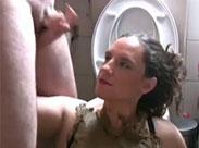 Perverse Milf beim Scat Handjob