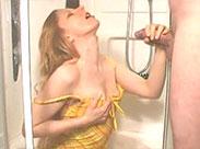 Rothaarige Schlampe wird in Dusche vollgepisst
