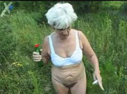 Geile Oma geht kacken