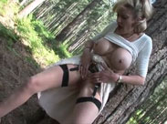 Mutter mit dicken Titten pisst