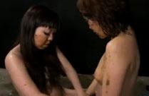 Girls füttern sich mit Scheisse