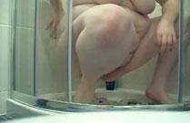 Fette Mutter scheisst beim Masturbieren