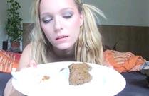 Junge Studentin kackt live vor der Webcam