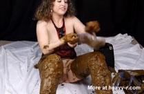 Junges Kaviar Girl spielt mit Kacke