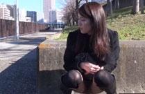 Junge Frau scheisst auf die Strasse