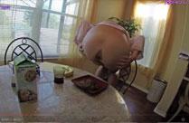 Mutter scheisst auf Teller