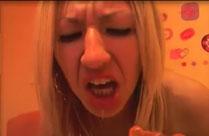 Blondine lecht Scheisse von der Analkette