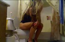 Spanner filmt auf der Toilette