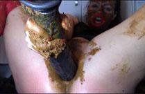 Nutte scheisst beim Dildo Fick
